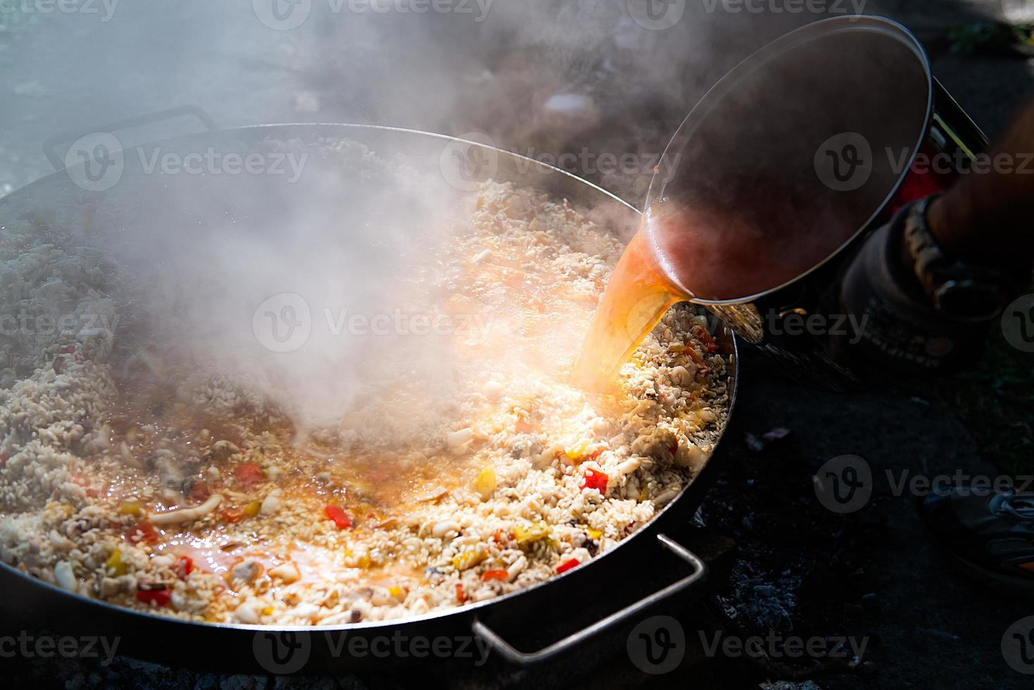 preparar paella con caldo foto
