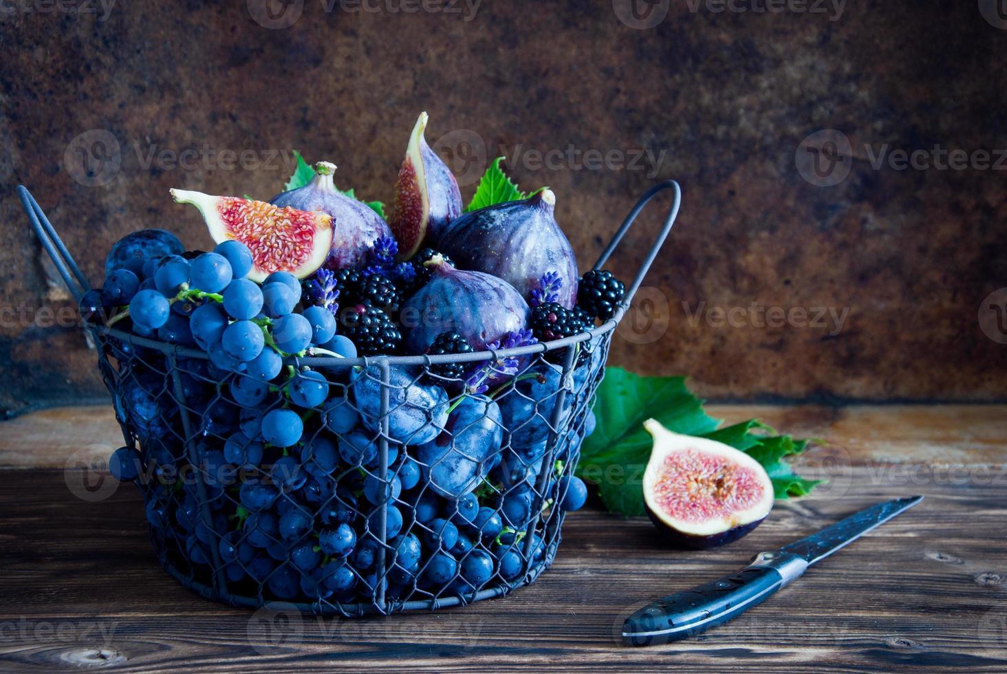 higos frescos, uvas, ciruelas pasas y zarzamora foto
