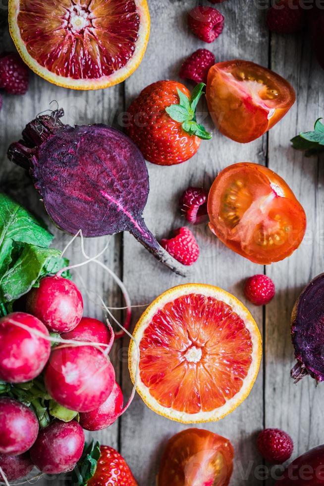 muchas frutas y verduras en una mesa de madera foto