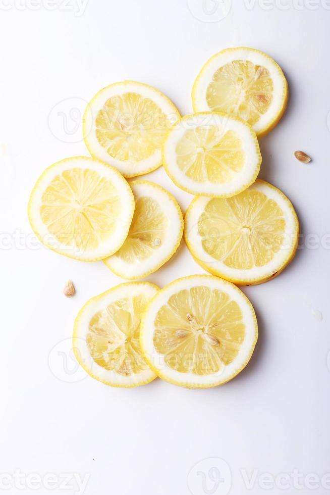 pila de rodajas de cítricos. limones sobre fondo blanco foto