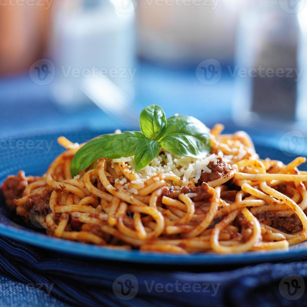 espagueti en salsa boloñesa en plato azul foto