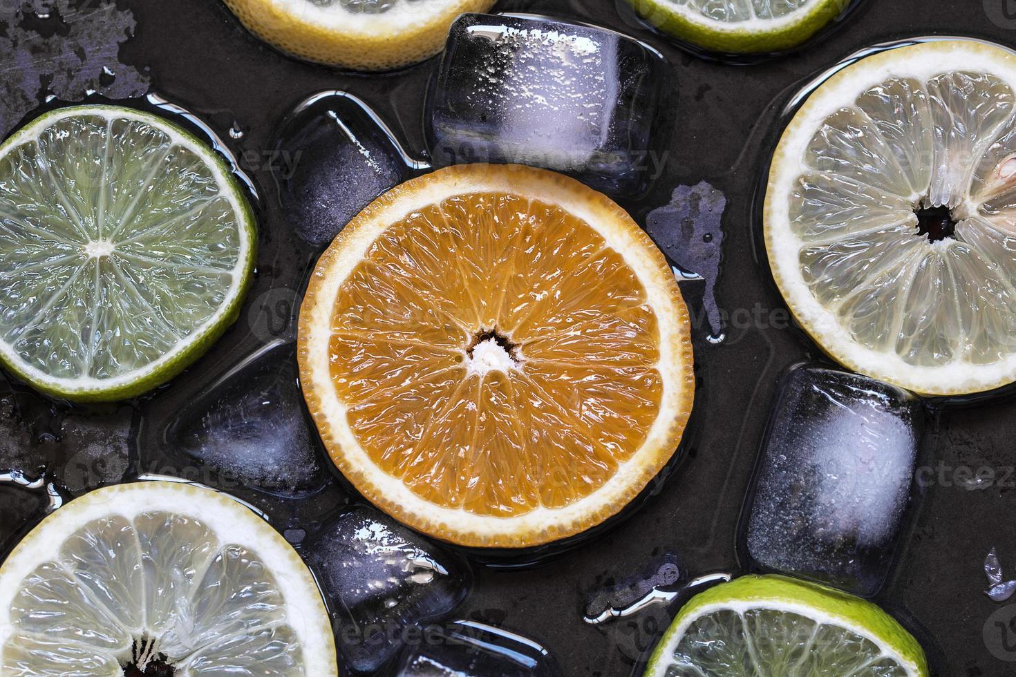 rodajas de cítricos limón, lima, naranja, pomelo con hielo ov foto