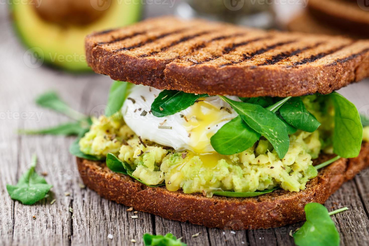 sandwich con aguacate y huevo escalfado foto