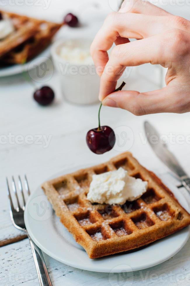 desayuno con waffles integrales y crema batida foto