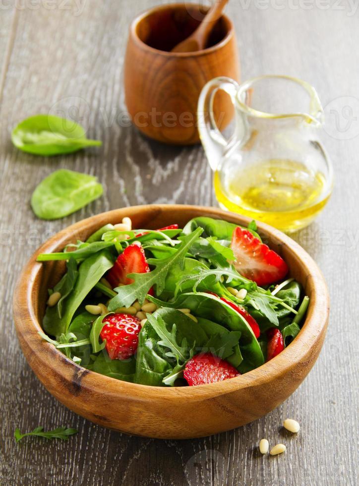 Ensalada ligera con espinacas y fresas. foto