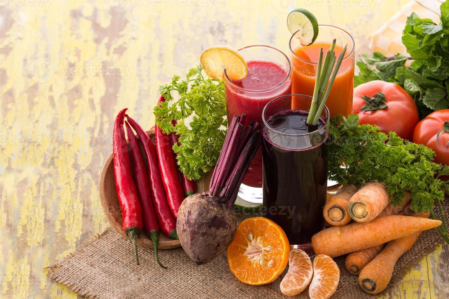 jugo de zanahoria, remolacha y ají rojo foto