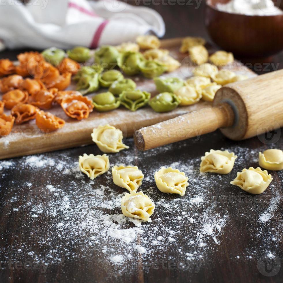 tortellini crudo con queso sobre una mesa foto