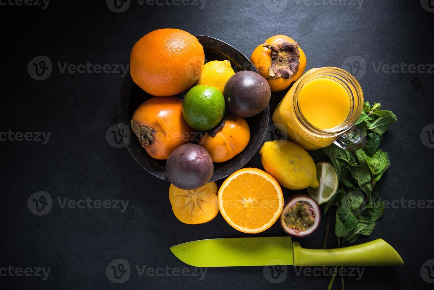 batido de frutas tropicales y exóticas, concepto de dieta foto