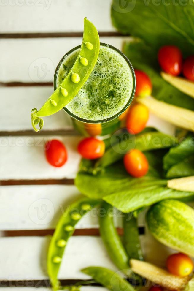 vegetales frescos y batidos verdes. vista superior foto