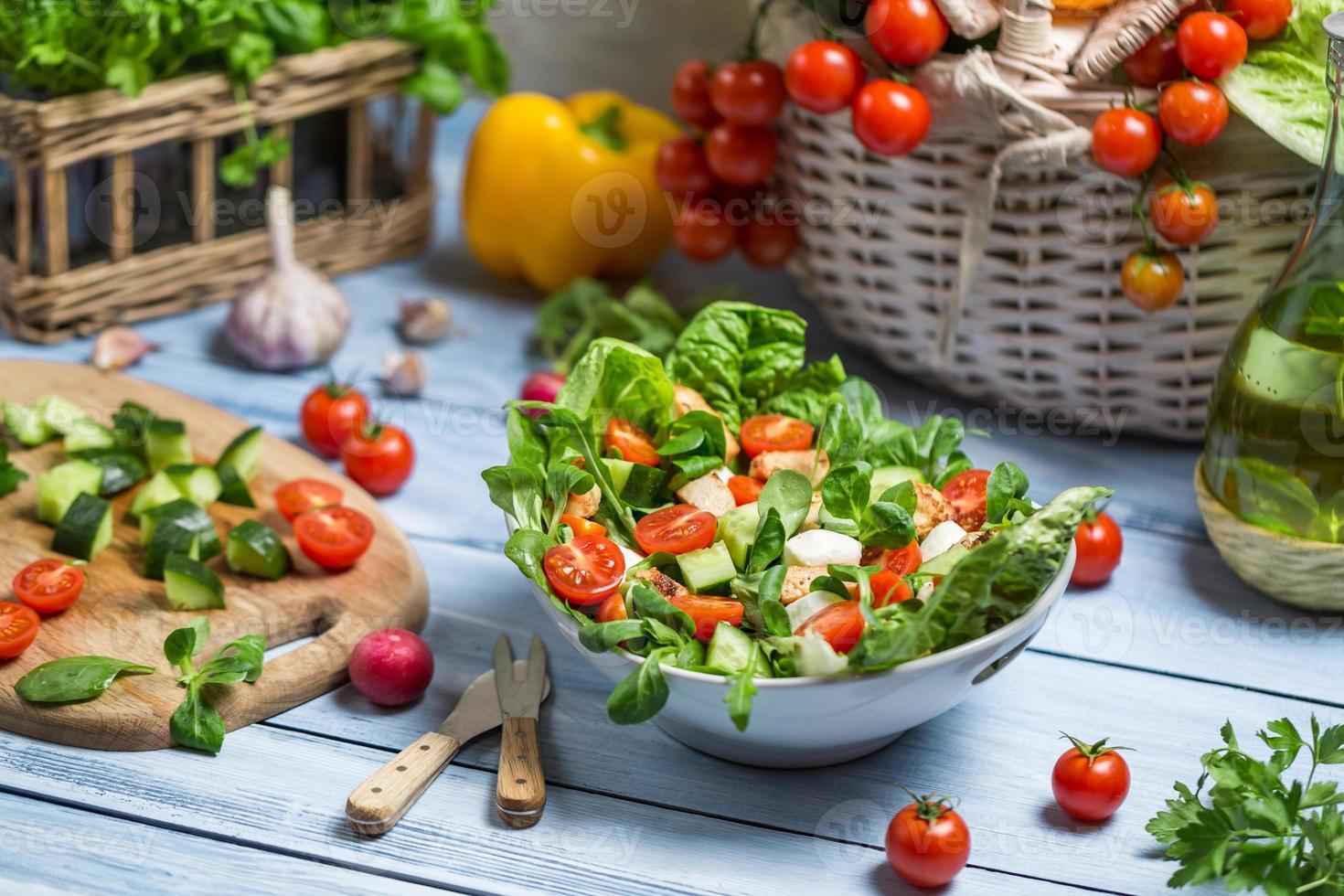 ensalada saludable de primavera fresca foto