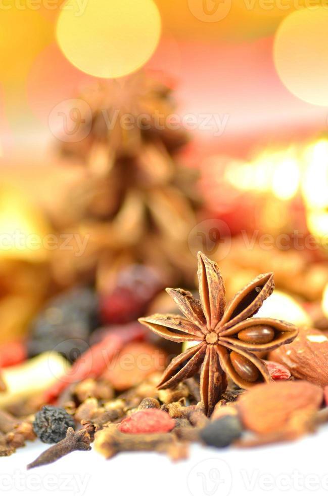 Navidad especias, nueces, galletas y frutos secos sobre fondo bokeh foto
