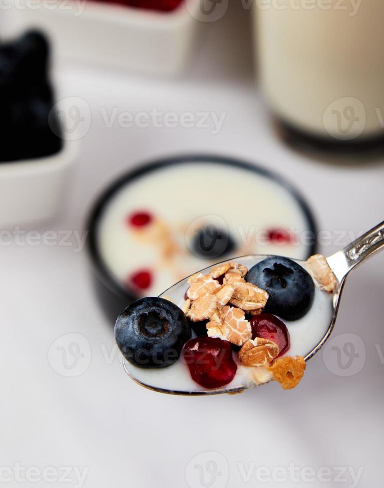 yogurt con cereales, arándanos y granada foto
