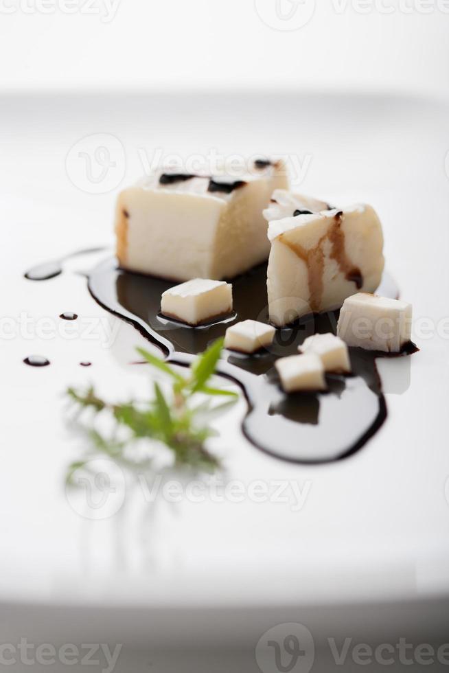 Formaggio fresco su crema di aceto balsamico photo