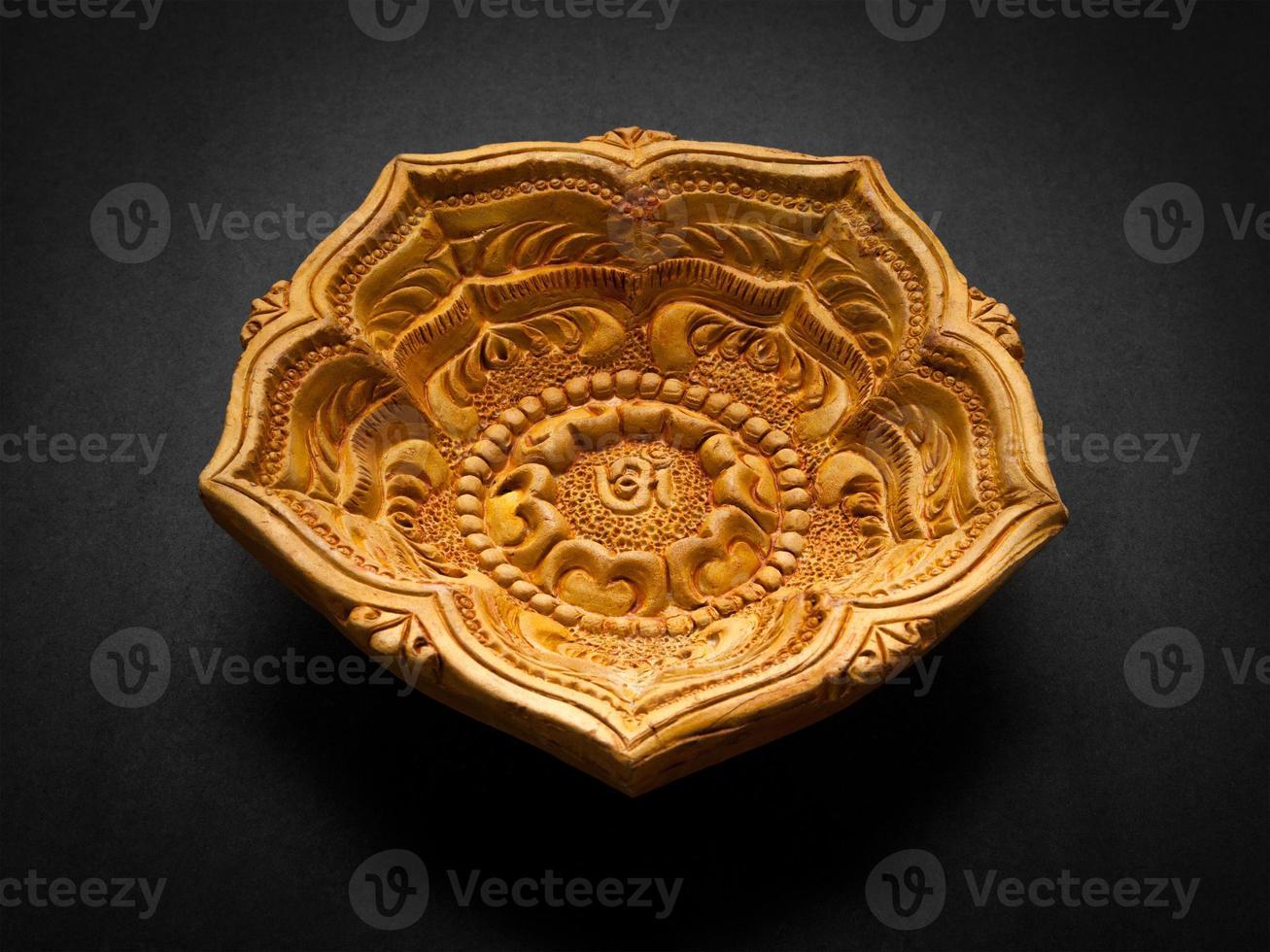 Vista frontal de una hermosa lámpara de arcilla de diseño. foto