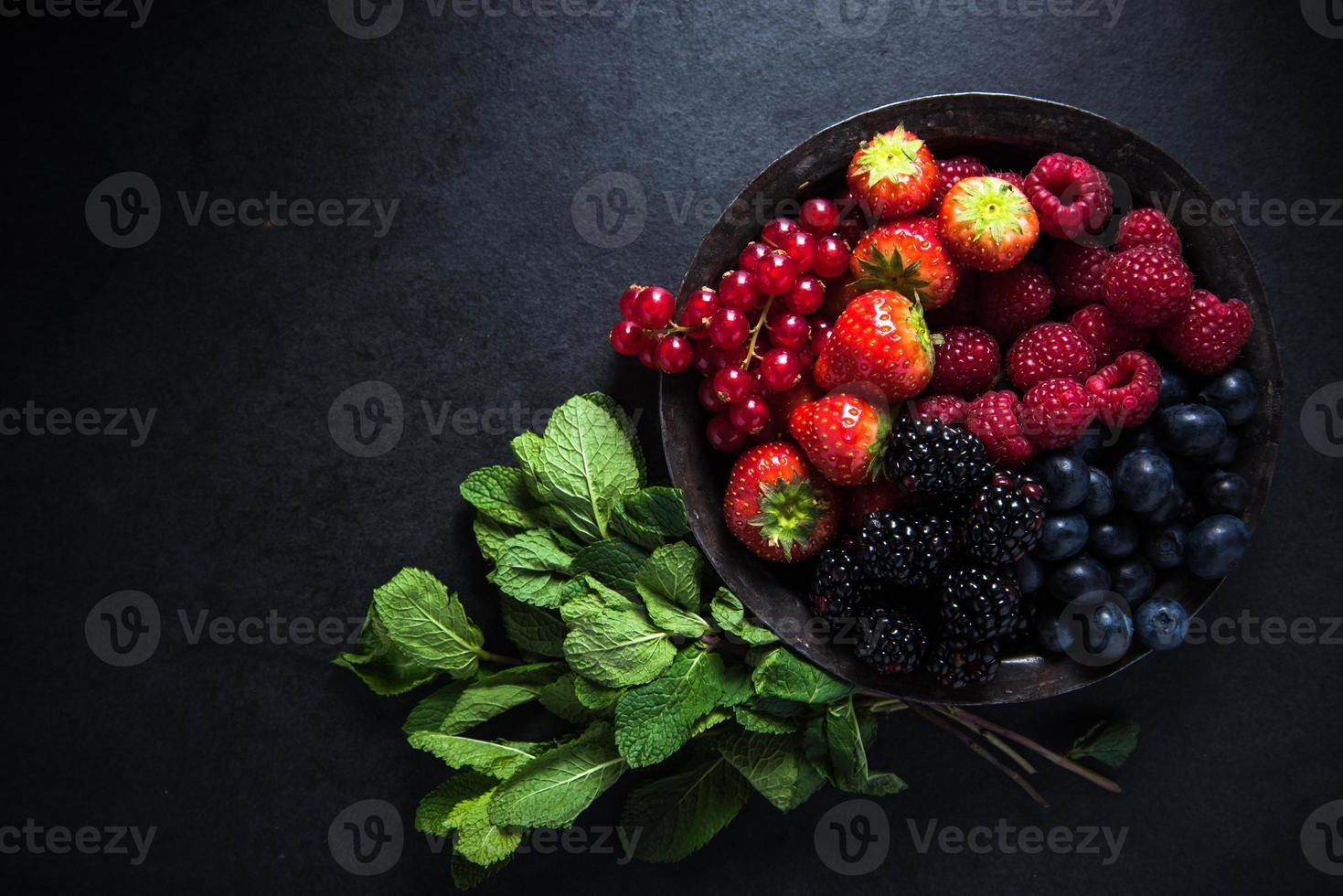 bayas frescas en un tazón, concepto antioxidante foto