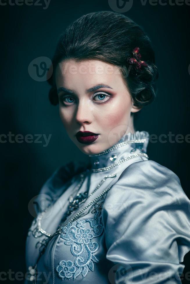 mujer en traje victoriano foto