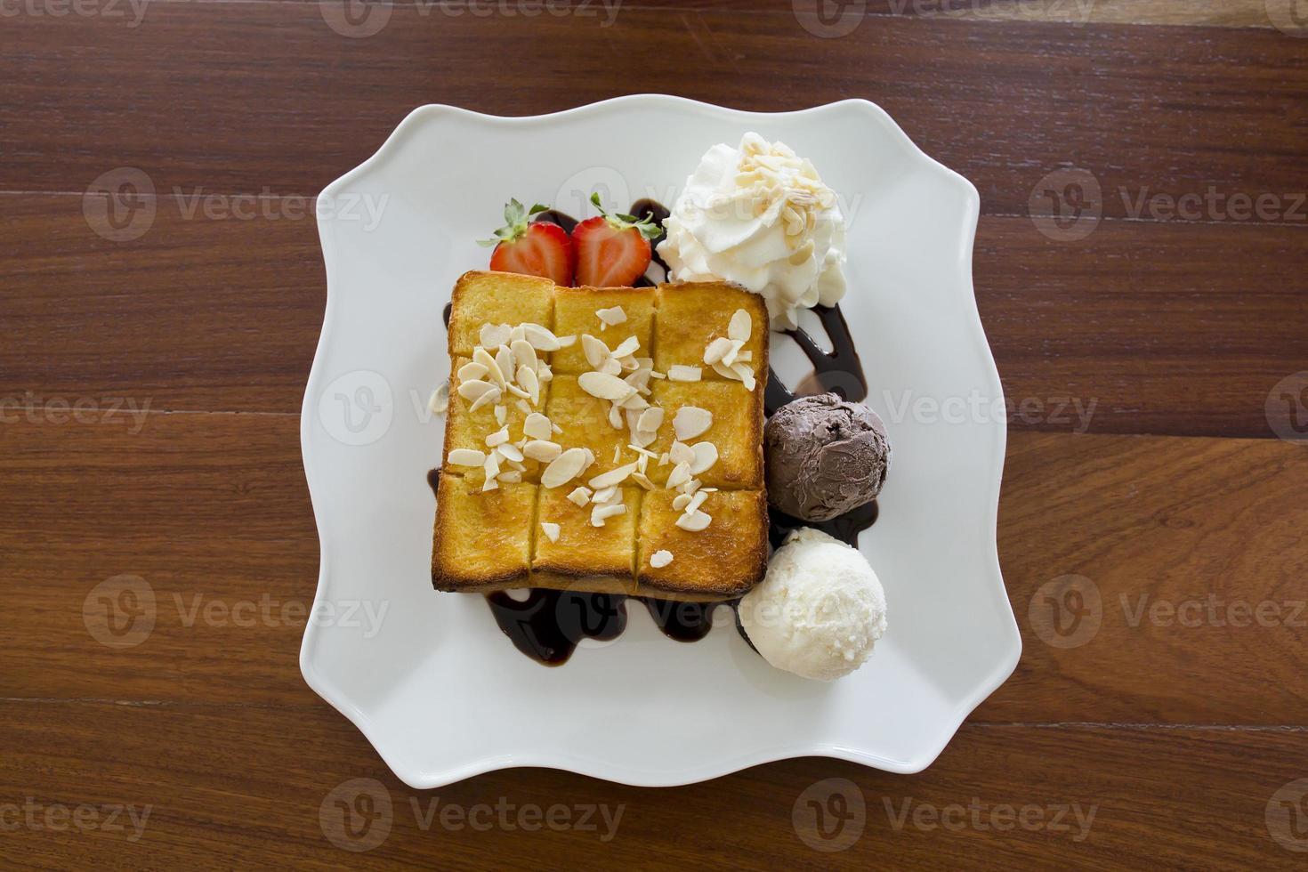 helado con pan en plato foto