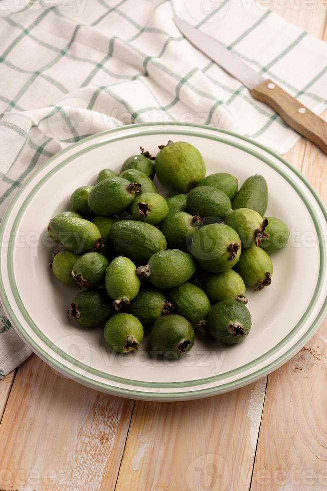frutas feijoa en un plato foto
