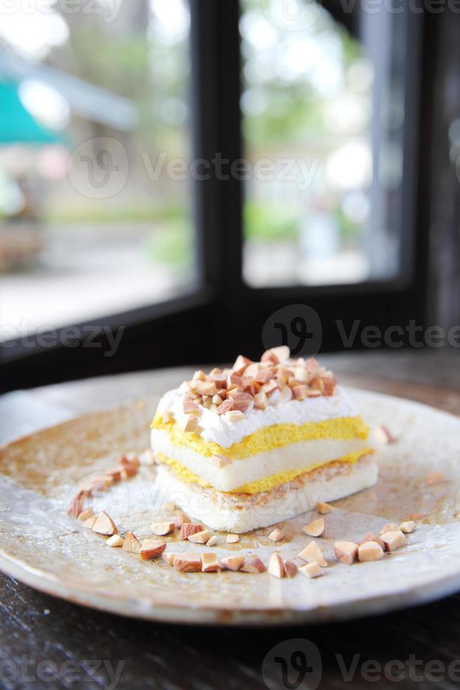 Pastel de mango con frijol sobre fondo de madera foto