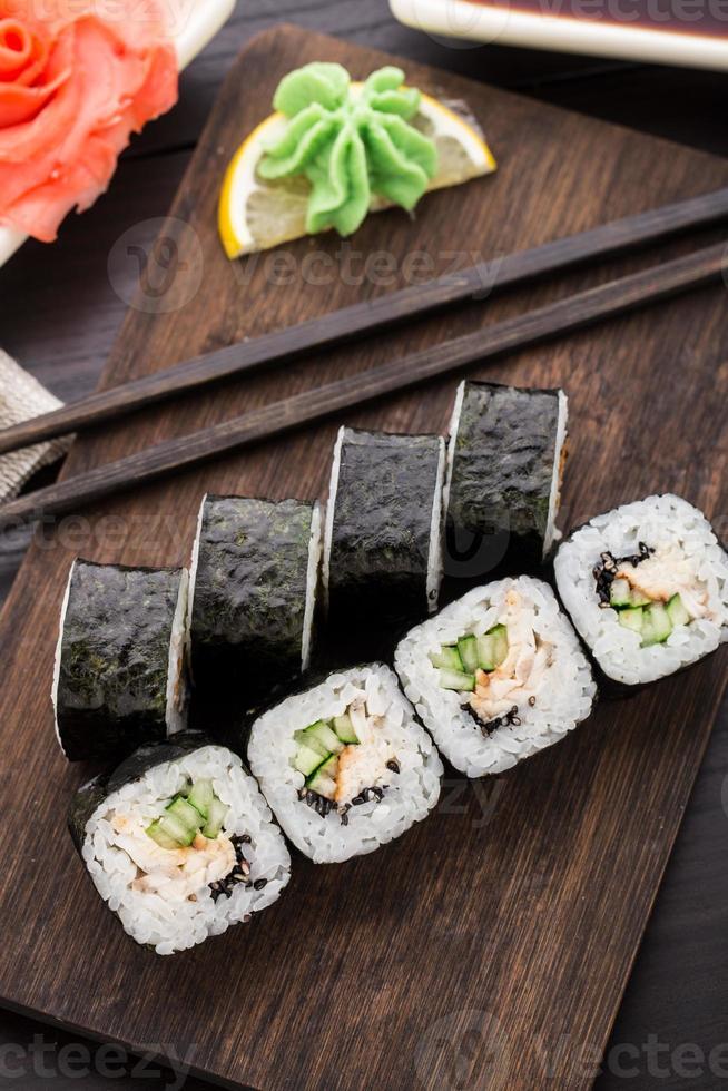rollitos de sushi con anguila, pepino y ajonjolí foto