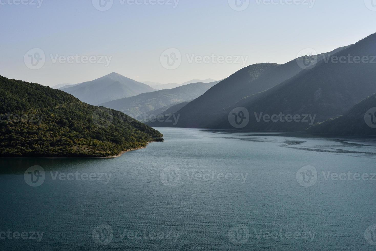 lago de montañas foto