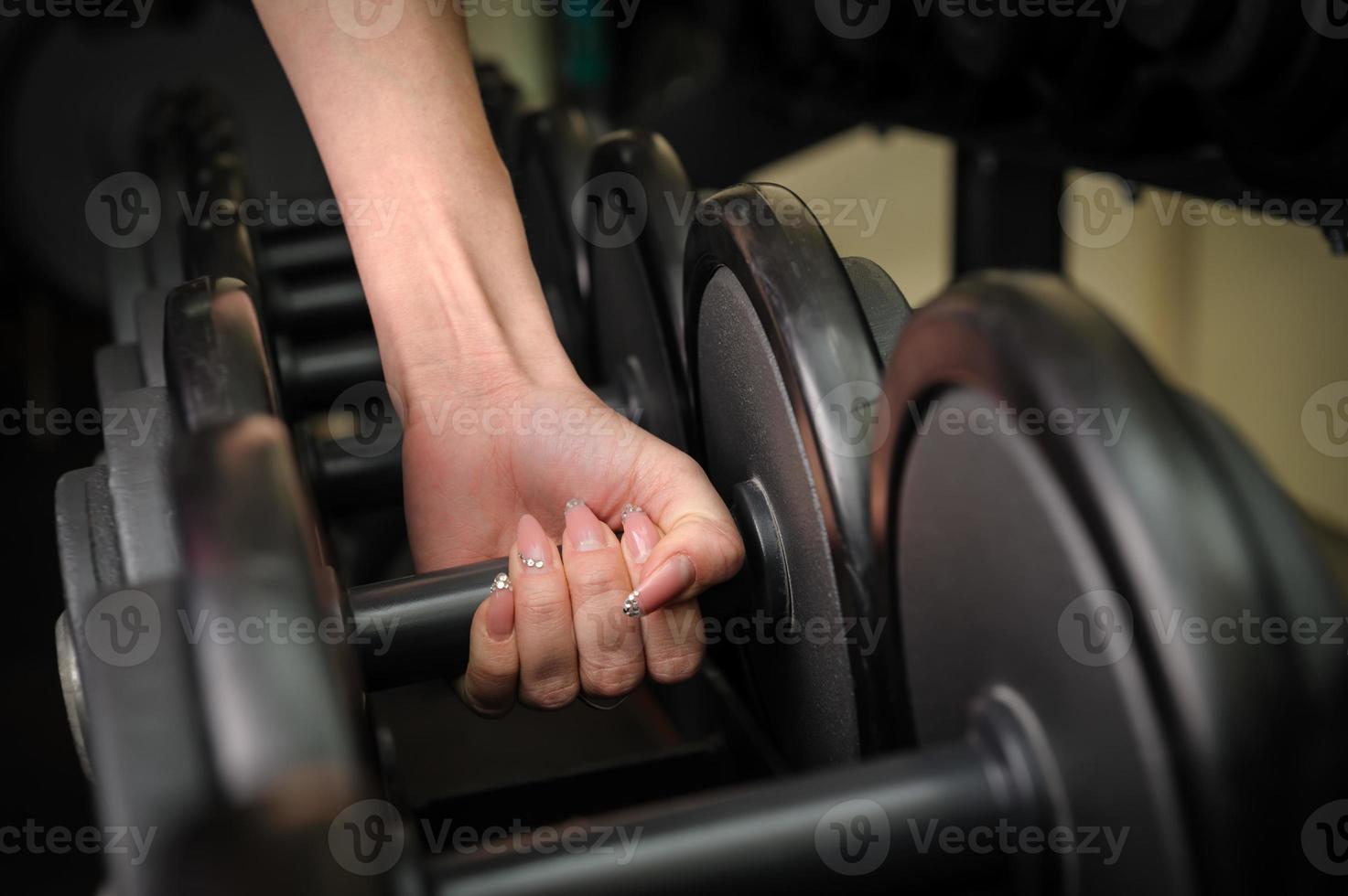 mano femenina con mancuernas foto