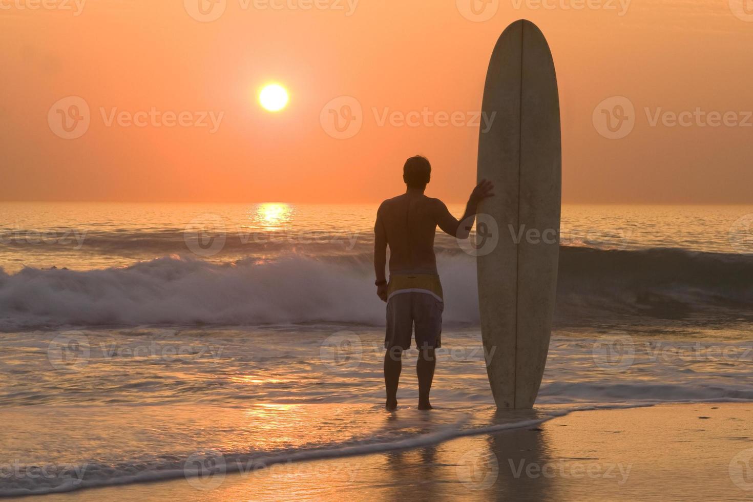 surfista al atardecer foto