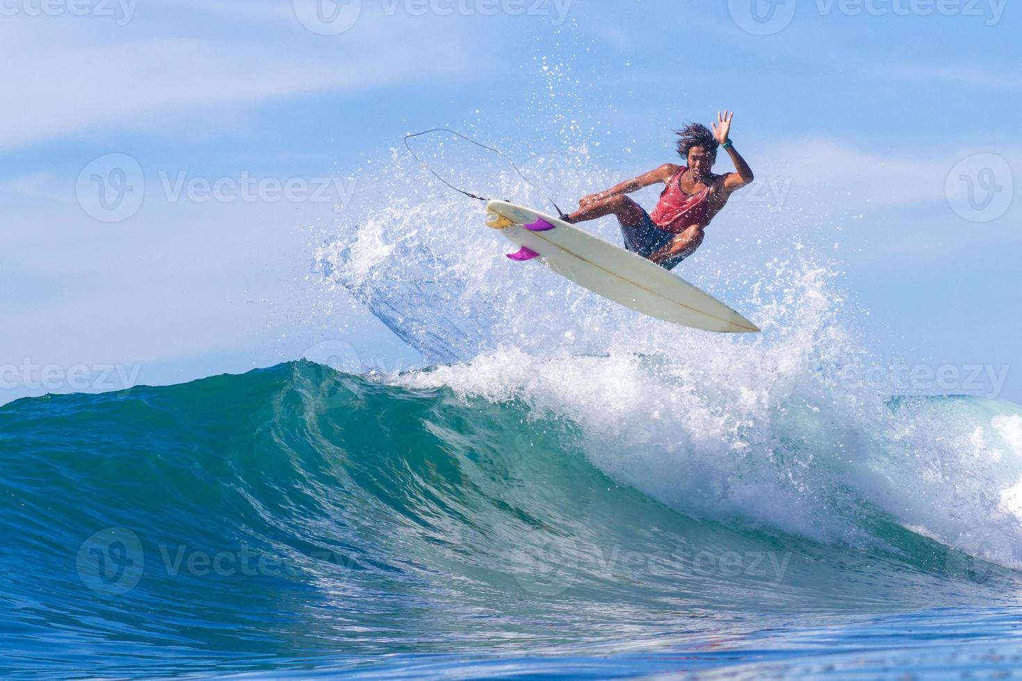 surfeando una ola. isla de Bali. Indonesia. foto