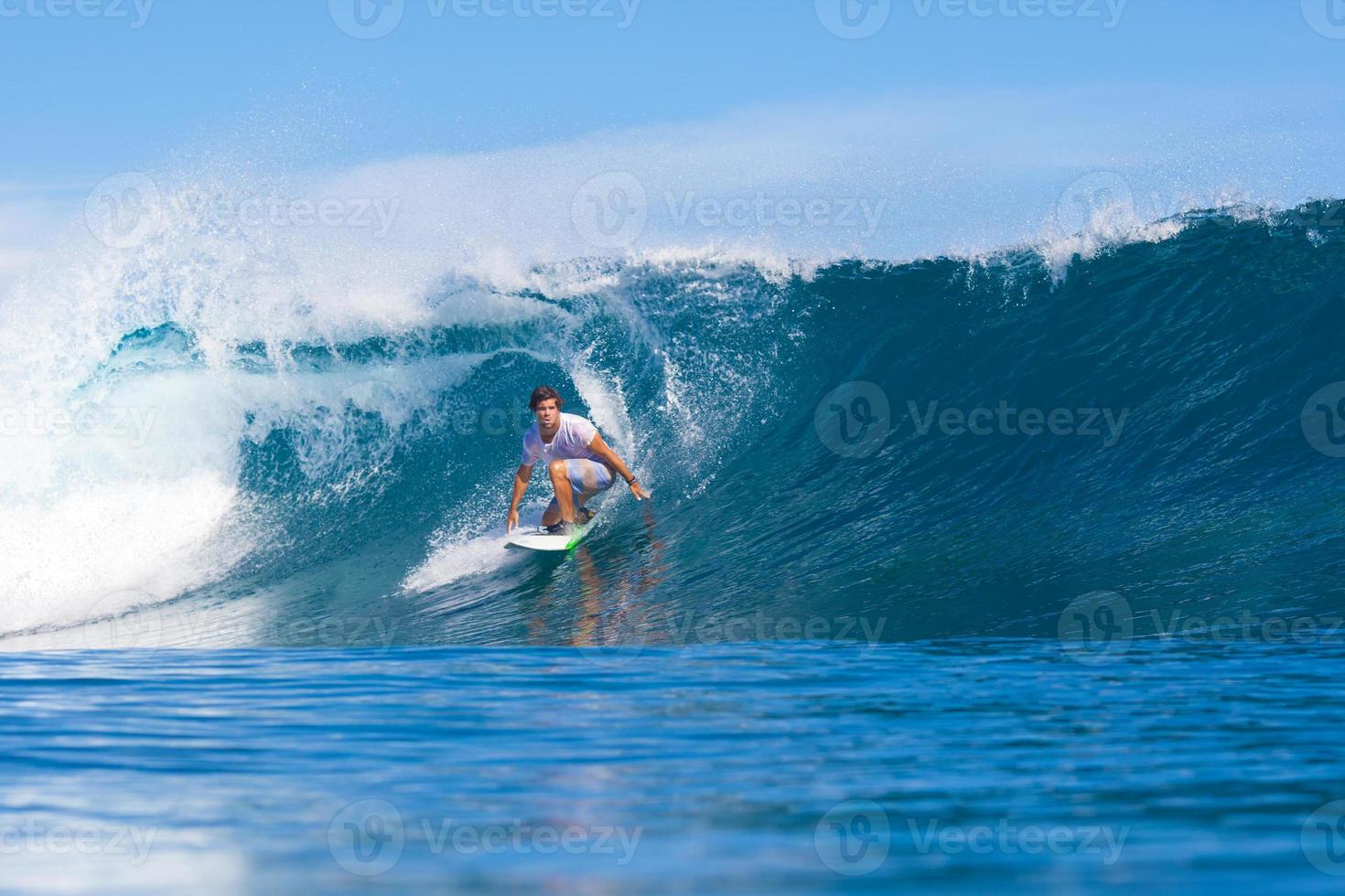 surfer sur une vague. photo