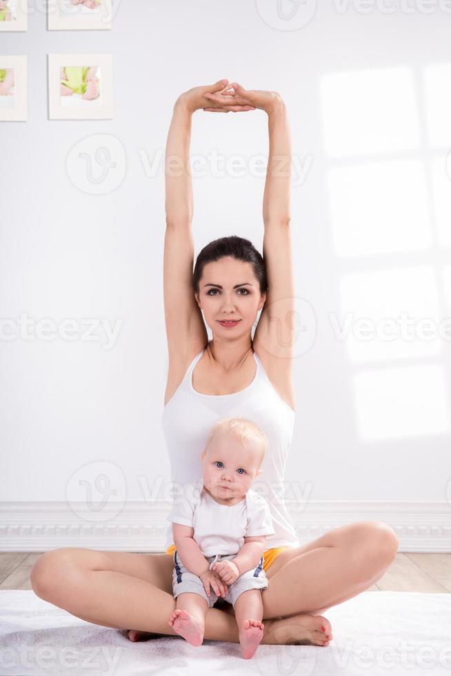 moeder en baby doen oefening foto