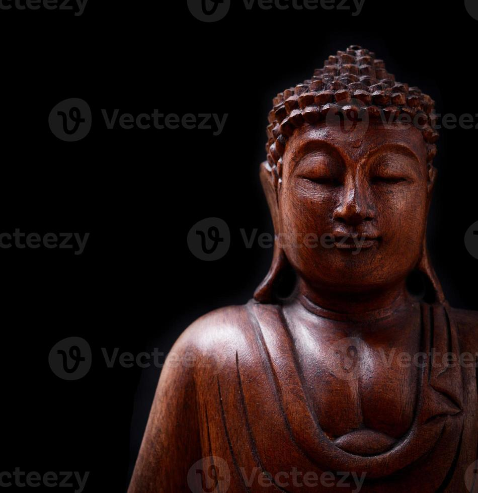Retrato de Buda aislado sobre fondo negro foto