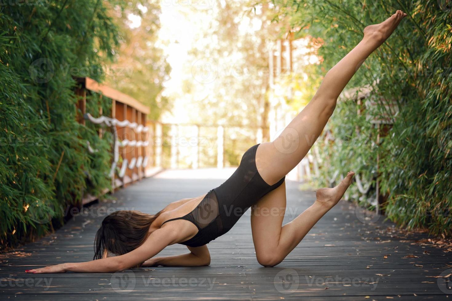 mujer joven practica yoga foto