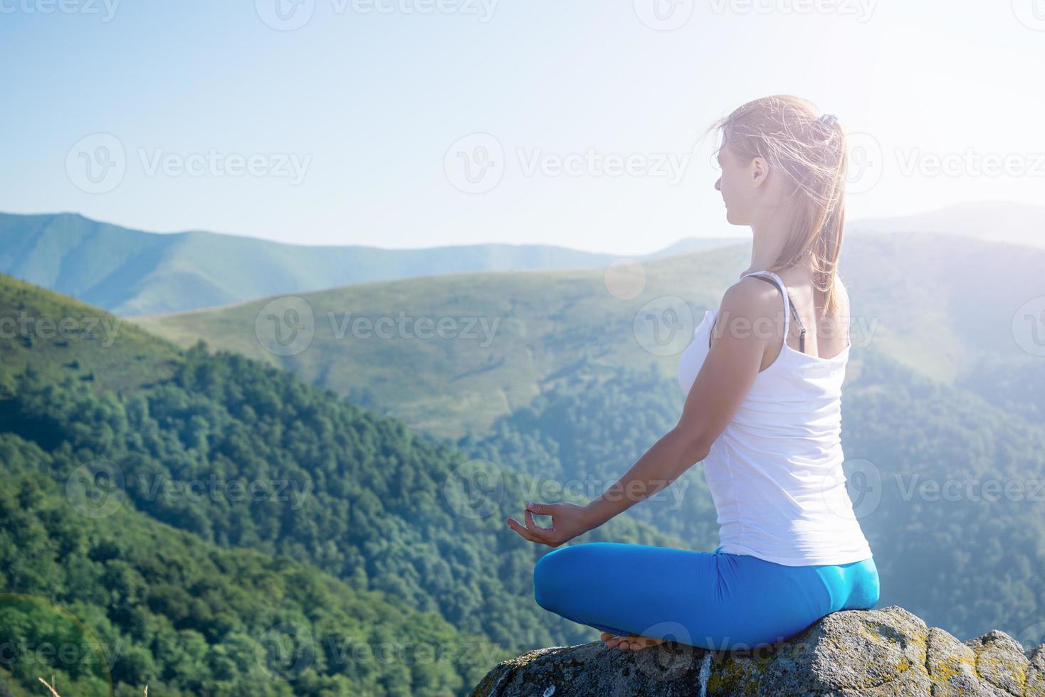 jovem mulher meditar foto