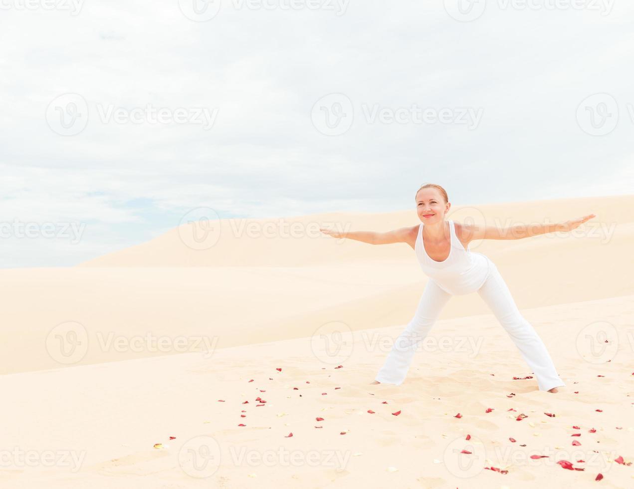 mujer joven practicando yoga foto