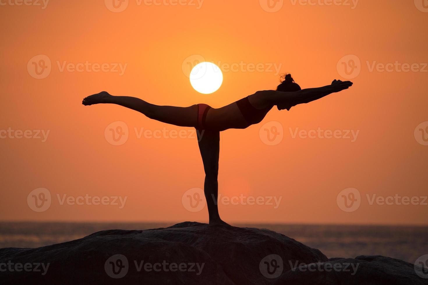 pose de guerrero de yoga foto