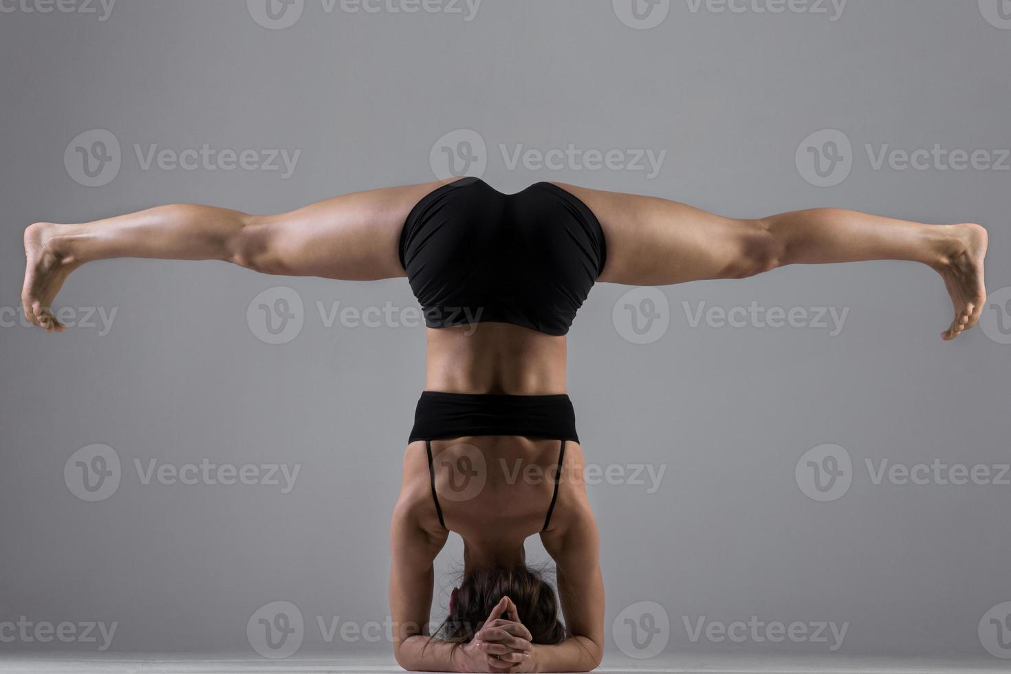 chica de yoga en asana foto