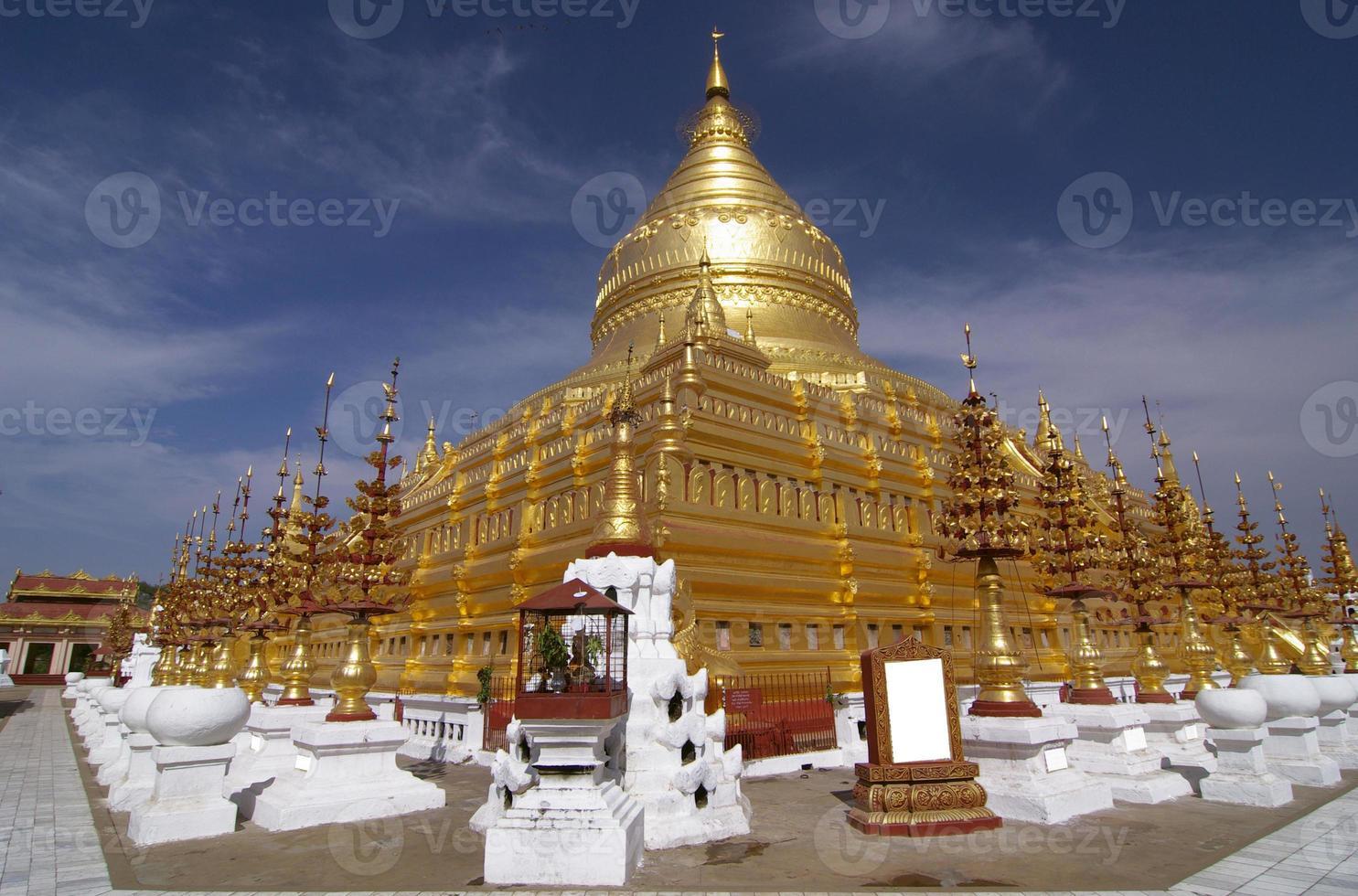 Templo shwezigon paya, bagan, myanmar. foto