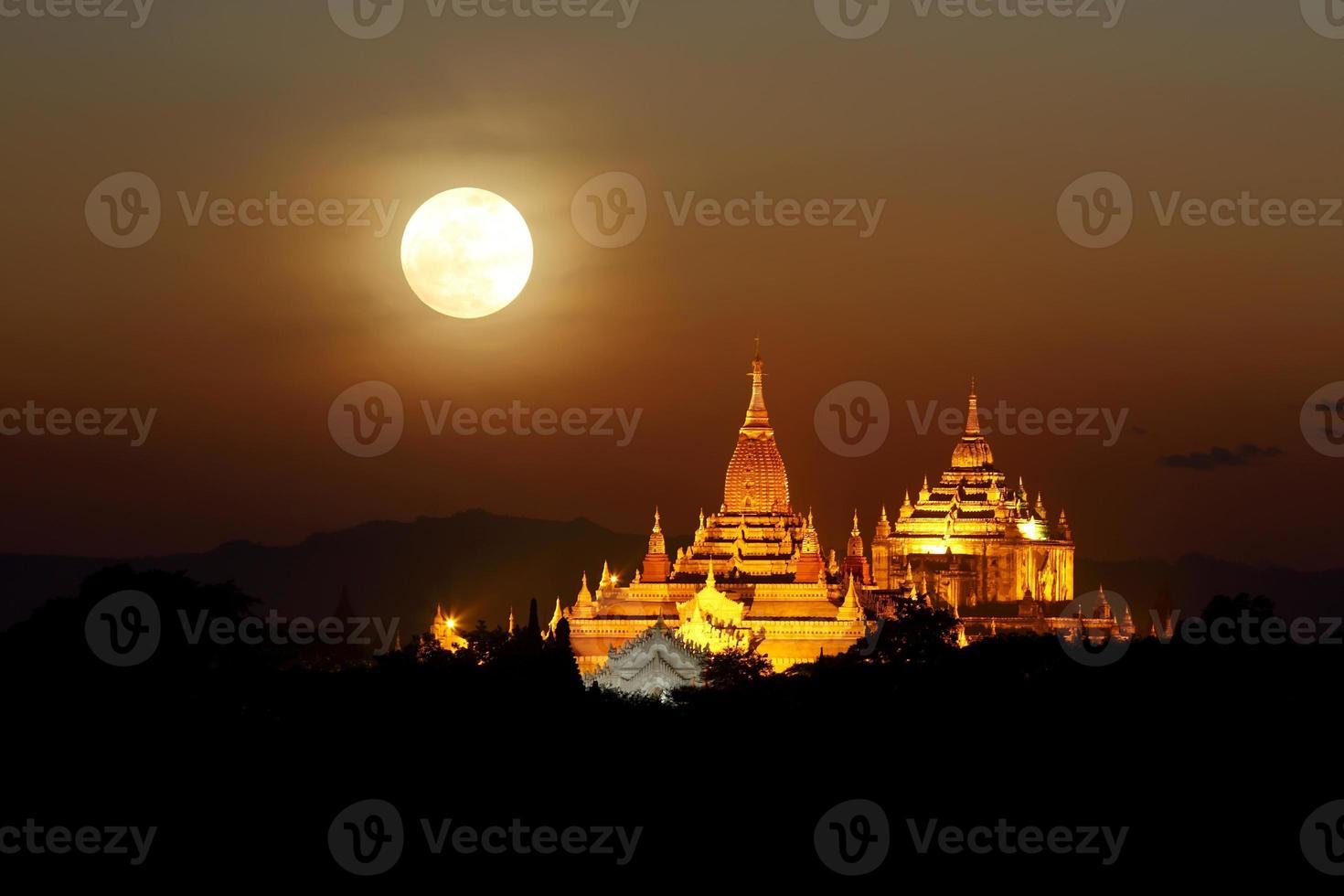 luna llena en las pagodas foto