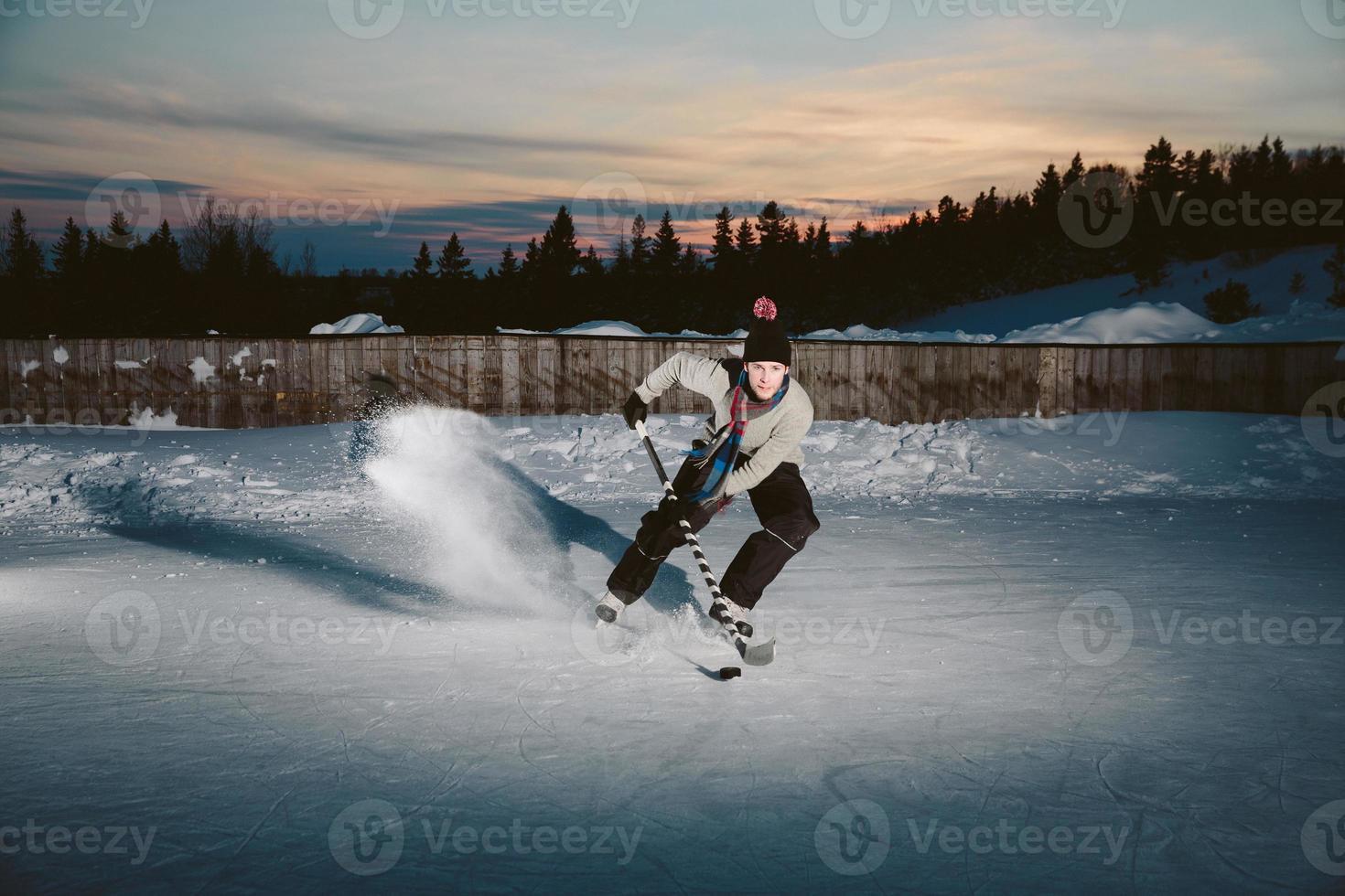 jugador de hockey parando afuera foto