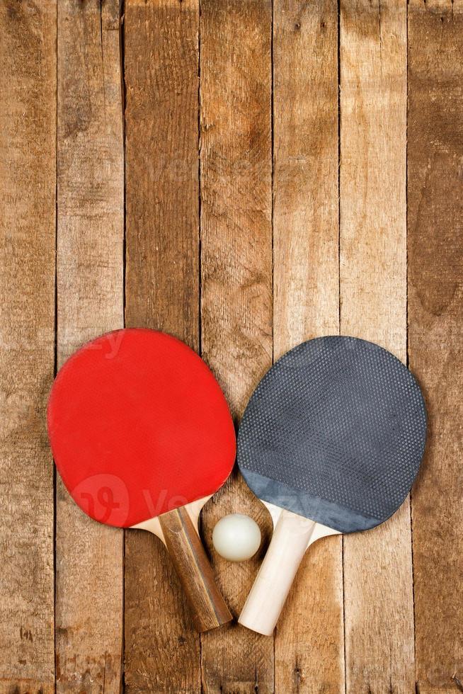 paleta de ping pong y pelota foto
