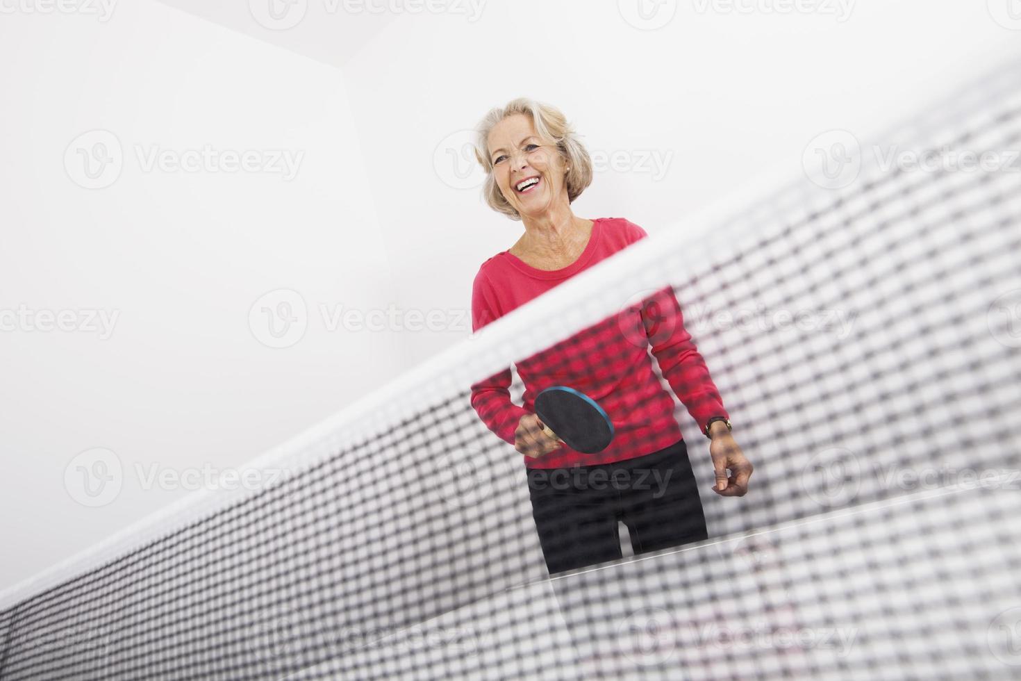 Senior femenino jugador de tenis de mesa riendo foto