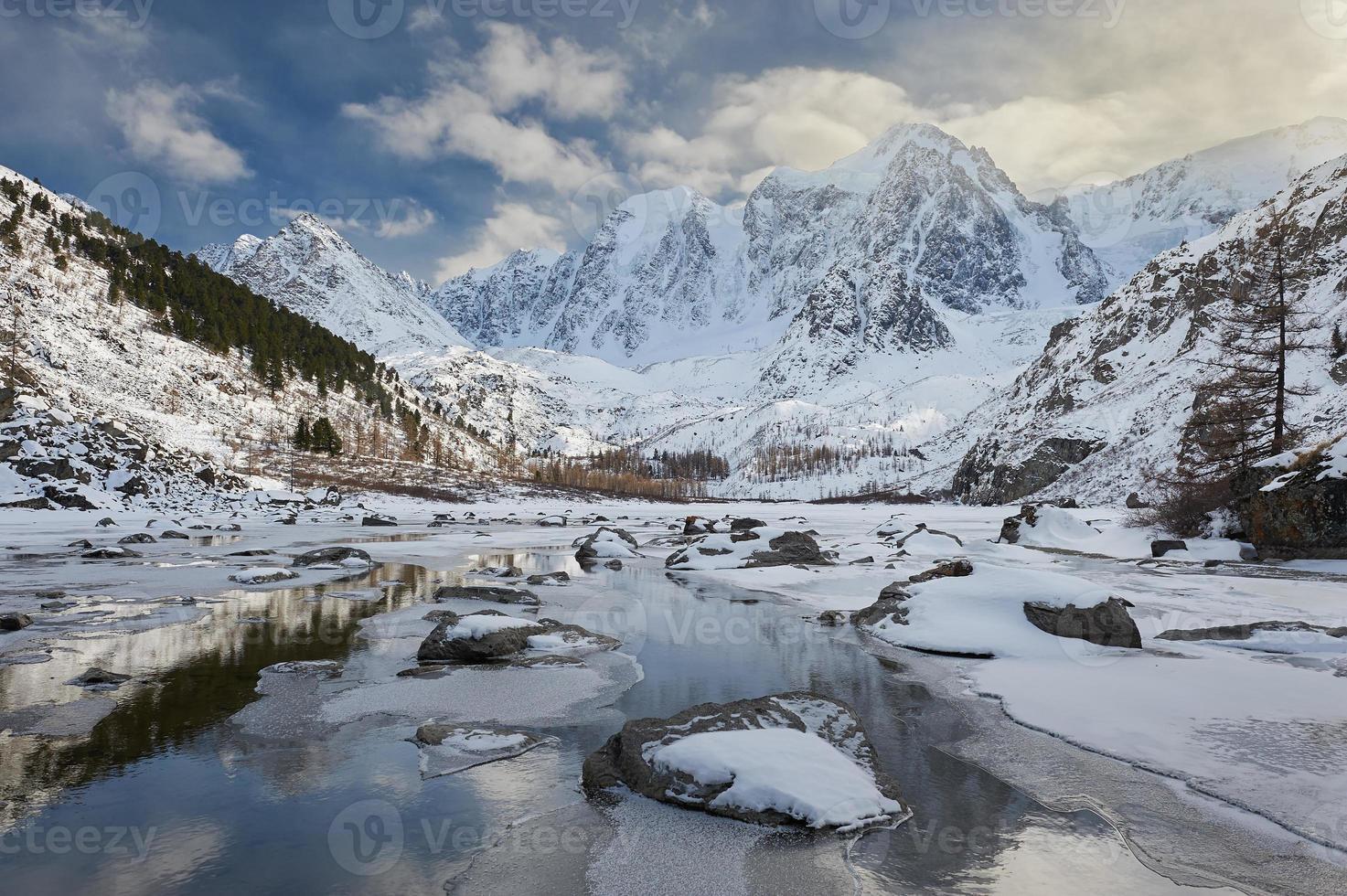 Hermoso paisaje de invierno, montañas de altai rusia. foto