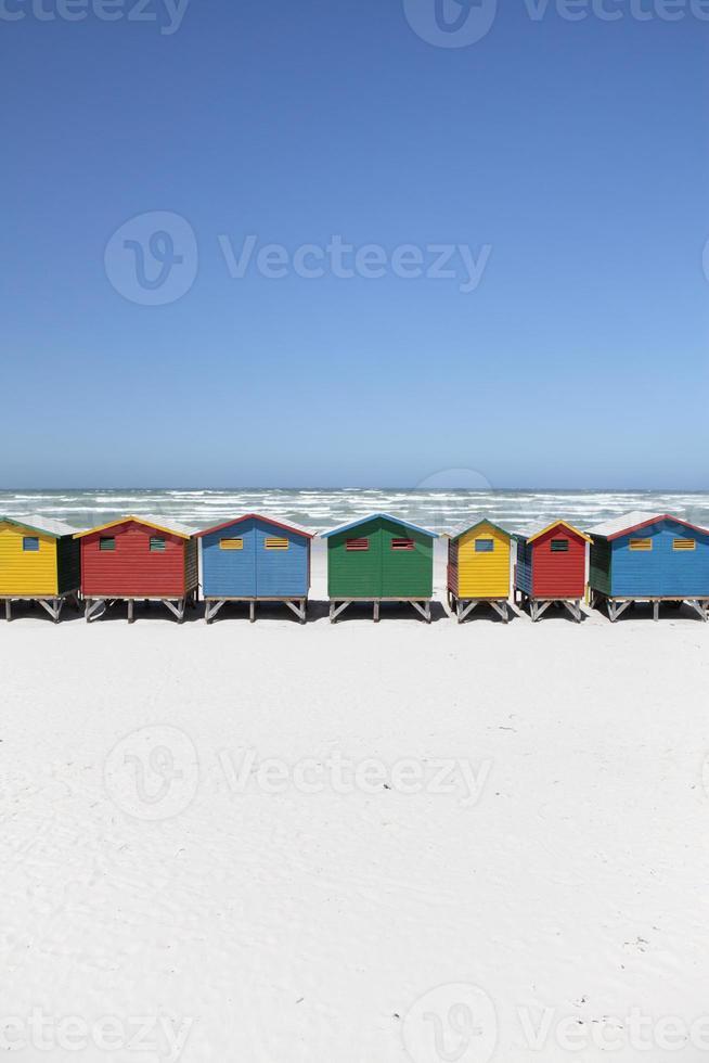 fila de coloridas cabañas de playa foto