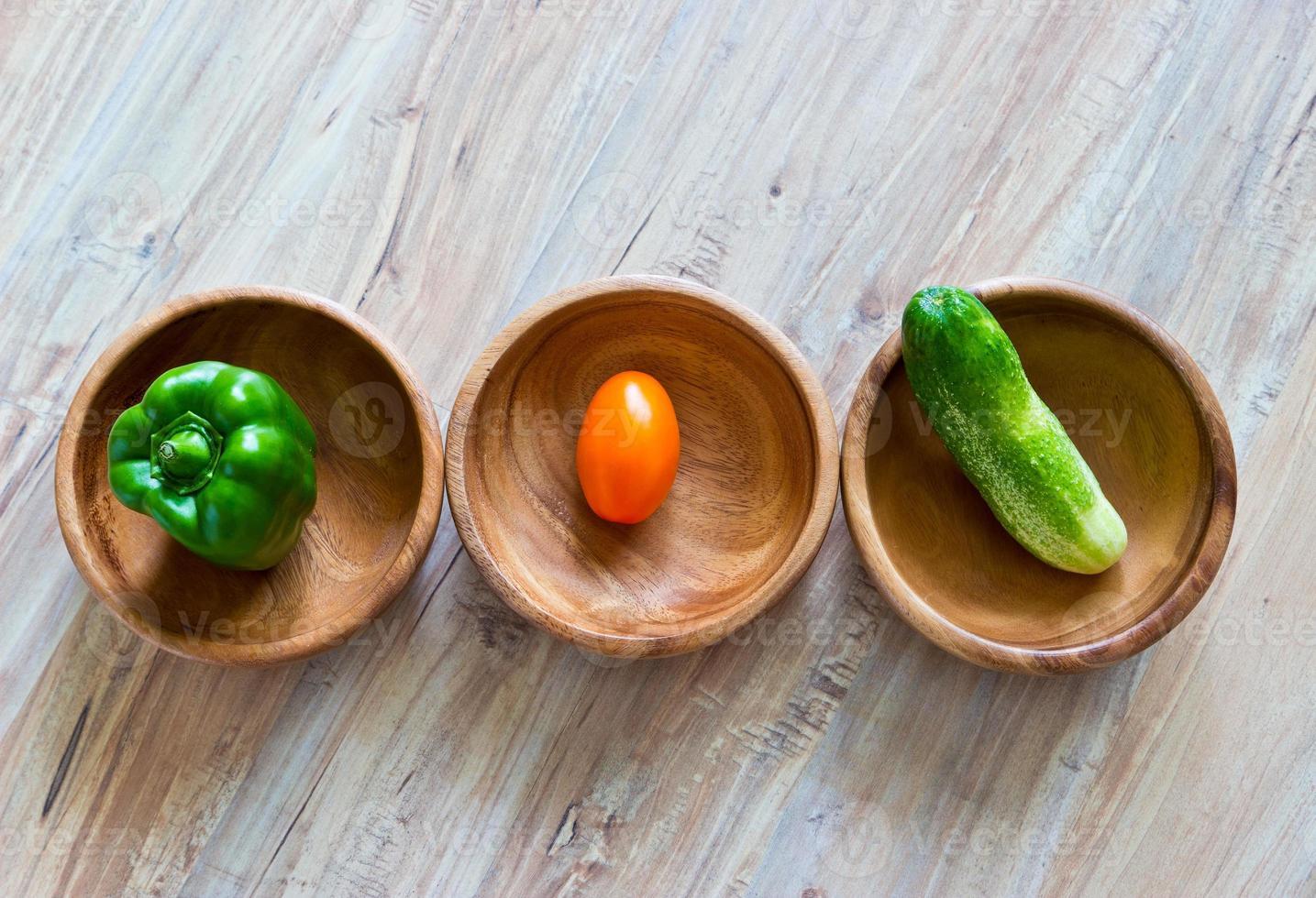 verduras frescas en cuencos de madera en una fila foto