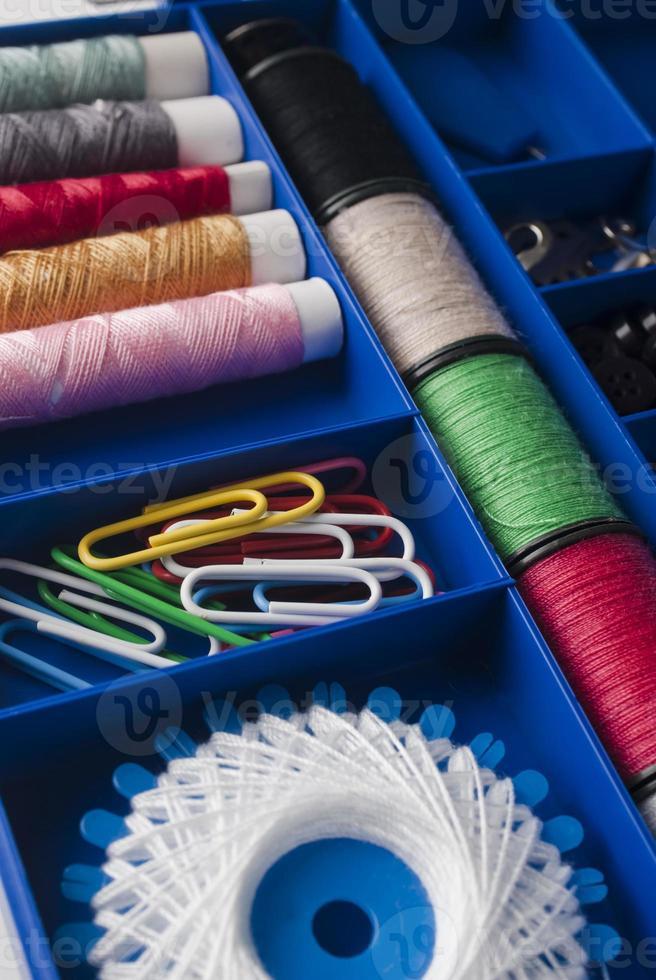 fila de carretes de hilo, colección de madejas, vista superior foto