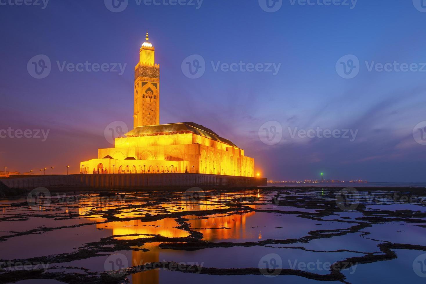 Mezquita de Hassan II durante la puesta de sol en Casablanca, Marruecos foto