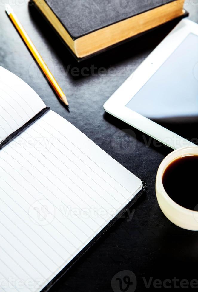 Tablet PC vacía y café, cuaderno con penci foto