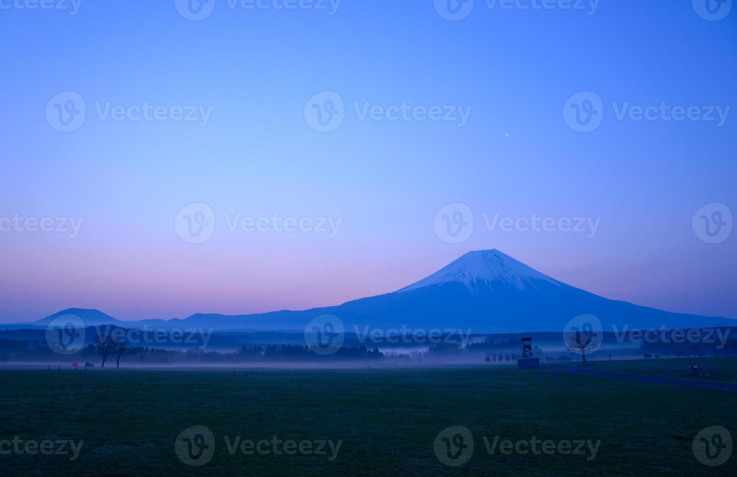 Monte Fuji y un pequeño estanque al amanecer foto