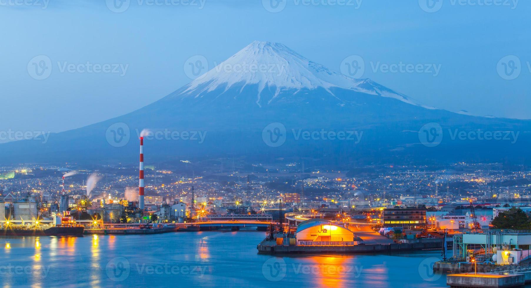 zona industrial do japão e montanha fuji na prefeitura de shizuoka foto