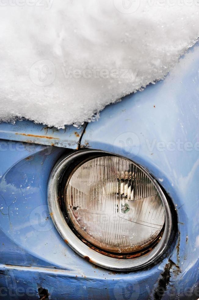 coche viejo en invierno foto